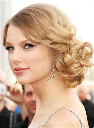 taylor swift curly low bun