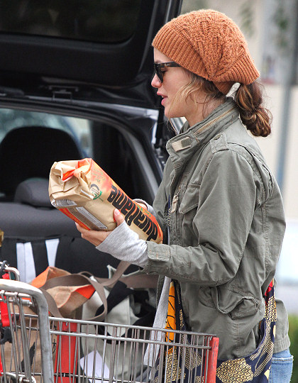 Rachel Bilson hairstyles 2014: street style with a cap