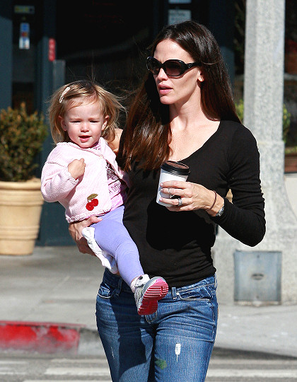 Jennifer Garner hairstyles 2014: street style center parted straight hair
