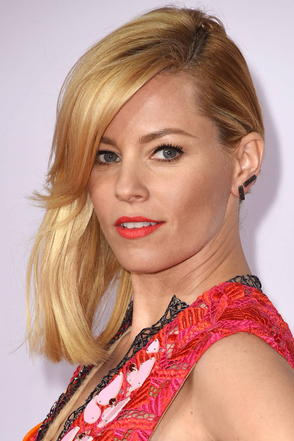 Elizabeth Banks side swept hairstyle