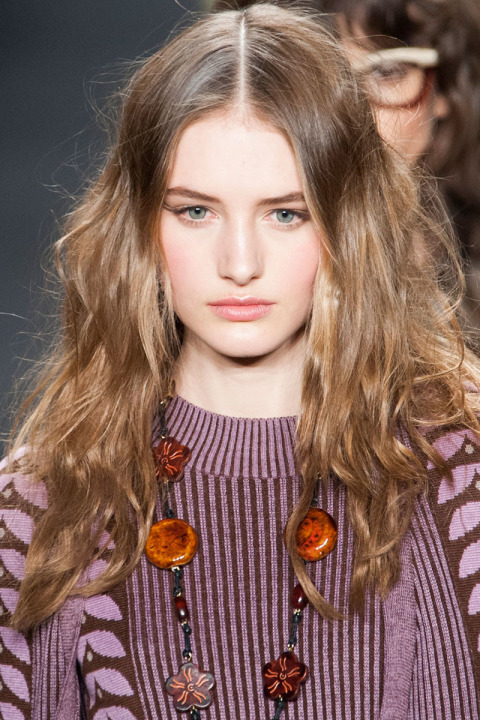wavy hairstyles for fall 2015 at Anna Sui
