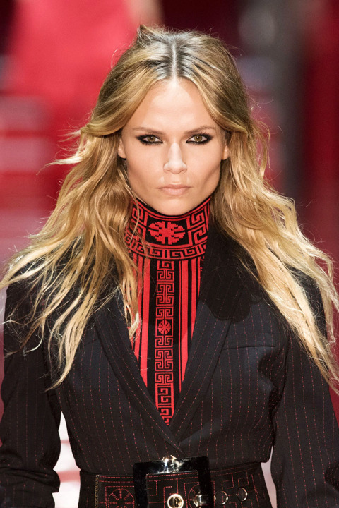 wavy hairstyles for fall 2015 at Versace