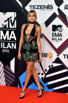 Hailey Baldwin celebrity hairstyles from EMAs 2015