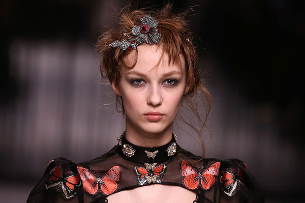 Alexander Mcqueen hairstyles and accessories 2016 Fall