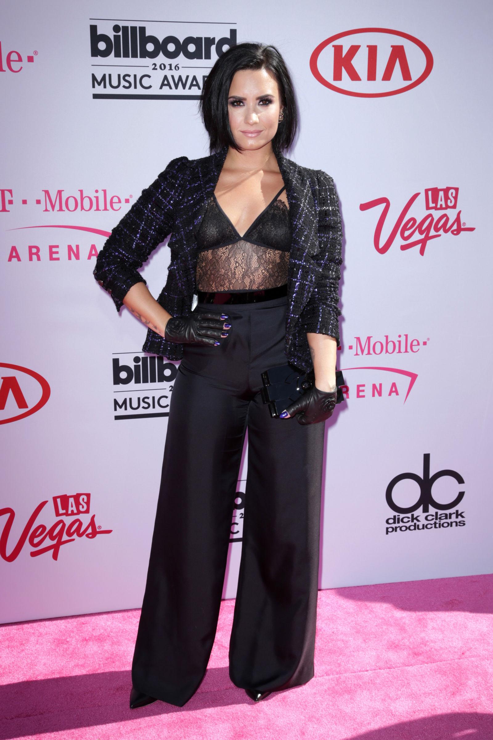 Demi Lovato statement bob haircuts 2016