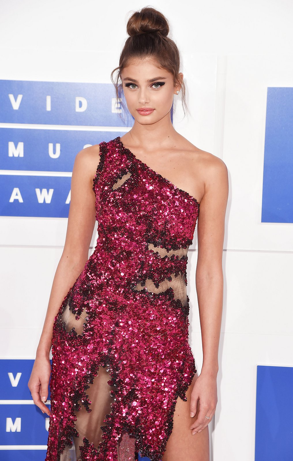 Taylor Hill high top knot VMA 2016