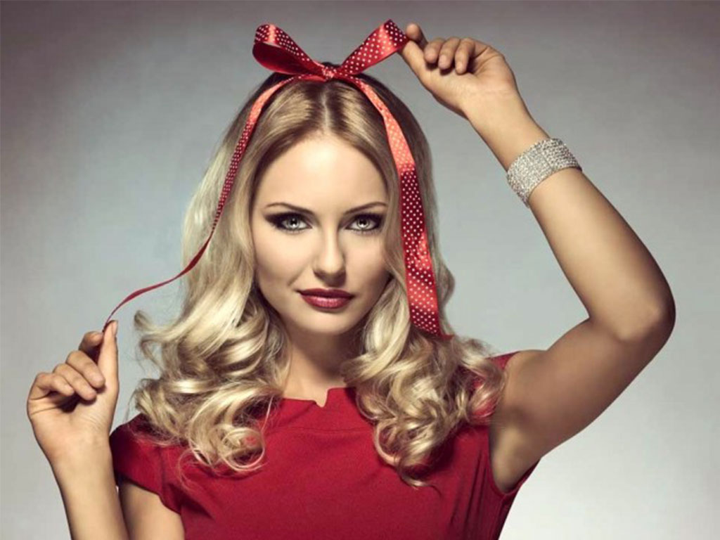 bouncy waves hairstyles and red strand for Christmas