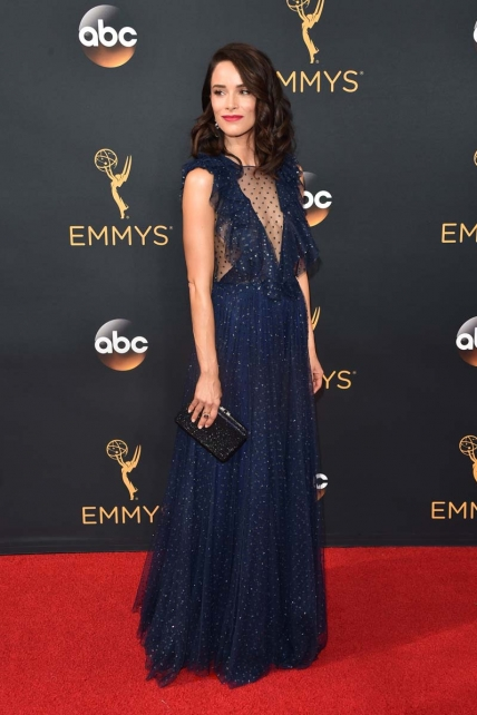 abigail-spencer-side-swept-wavy-hairstyle-at-emmys-2016